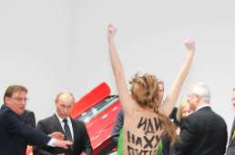 08-putin-femen-thumbs-up-w710-h473-2x